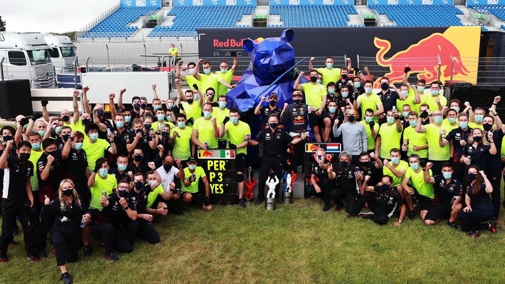 Vítězný tým Red Bull po závodě ve Francii
