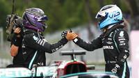 Lewis Hamilton a Valtteri Bottas po závodě v rakouském Štýrsku