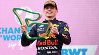 Max Verstappen s trofejí po GP Štýrska