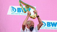 Dr. Helmut Marko s trofejí po GP Štýrska