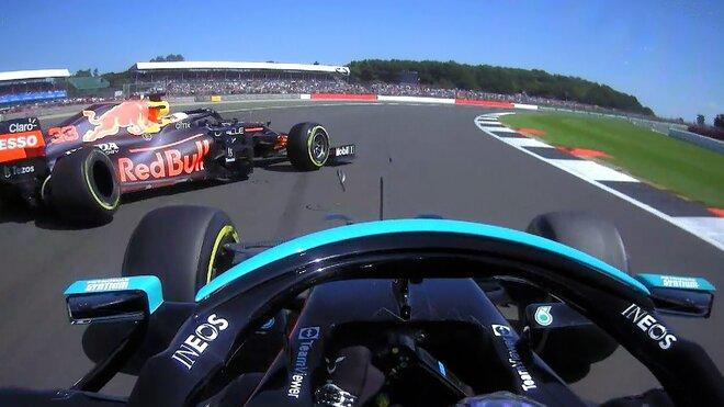 Lewis Hamilton naráží do Maxe Verstappena, ten končí ve zdi