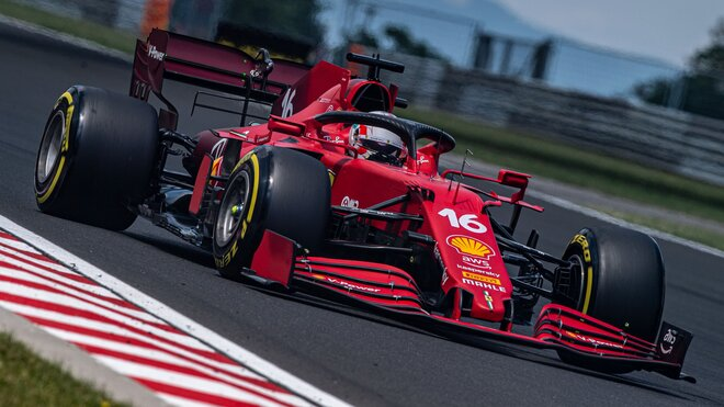 Charles Leclerc s Ferrari SF21 v Maďarsku, kde o jeden ze svých motorů přišel