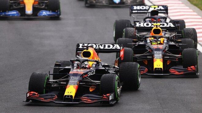 Max Verstappen a Sergio Pérez na počátku závodu v Maďarsku