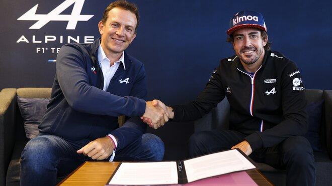 Fernando Alonso po prodloužení kontraktu s ředitelem Alpine Laurentem Rossim