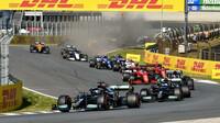 Lewis Hamilton a Valtteri Bottas po startu závodu v Holandsku