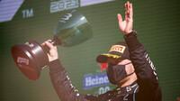 Valtteri Bottas se svou trofejí za třetí místo po závodě v Holandsku