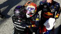 Lewis Hamilton gratuluje Maxovi Verstappenovi k vítězství v závodě v Holandsku