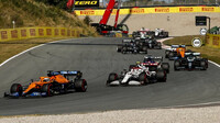 Daniel Ricciardo a Antonio Giovinazzi v závodě v Holandsku