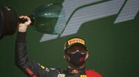 Max Verstappen se svou trofejí za první místo po závodě v Holandsku