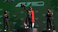 Max Verstappen slaví vítězství v závodě v Holandsku
