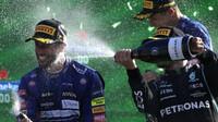 Daniel Ricciardo a Valtteri Bottas si užívají šampaňské na pódiu po závodě na Monze