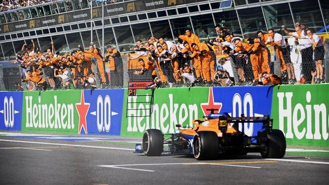 Daniel Ricciardo projíždí cílem Velké ceny Itálie jako první
