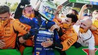 Daniel Ricciardo slaví po závodě na Monze