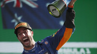 Daniel Ricciardo se svou trofejí za první místo po závodě na Monze