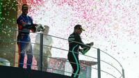 Daniel Ricciardo a Valtteri Bottas slaví na pódiu po závodě na Monze