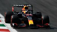 Max Verstappen v závodě na Monze