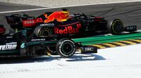 Max Verstappen a Lewis Hamilton při předjíždění v závodě na Monze