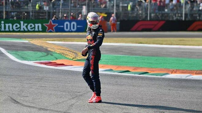 Max Verstappen opouští místo nehody s Lewisem Hamiltonem