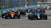 Fernando Alonso a Daniel Ricciardo v závodě v Soči