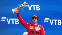 Carlos Sainz se svou trofejí za třetí místo po závodě v Soči