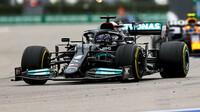 Lewis Hamilton po nasazení nového motoru úřadoval