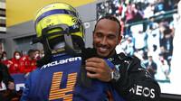 Lando Norris gratuluje Lewisovi Hamiltonovi k vítězství v závodě v Soči