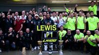 Mercedes slaví po závodě v Soči