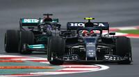 Pierre Gasly a Lewis Hamilton v závodě v Turecku