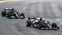 Juki Cunoda a Lewis Hamilton v závodě v Turecku