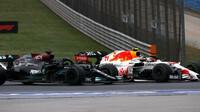 Lewis Hamilton a Sergio Pérez v závodě v Turecku