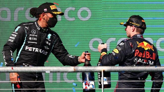 Lewis Hamilton a Max Verstappen na pódiu po závodě v americkém Austinu